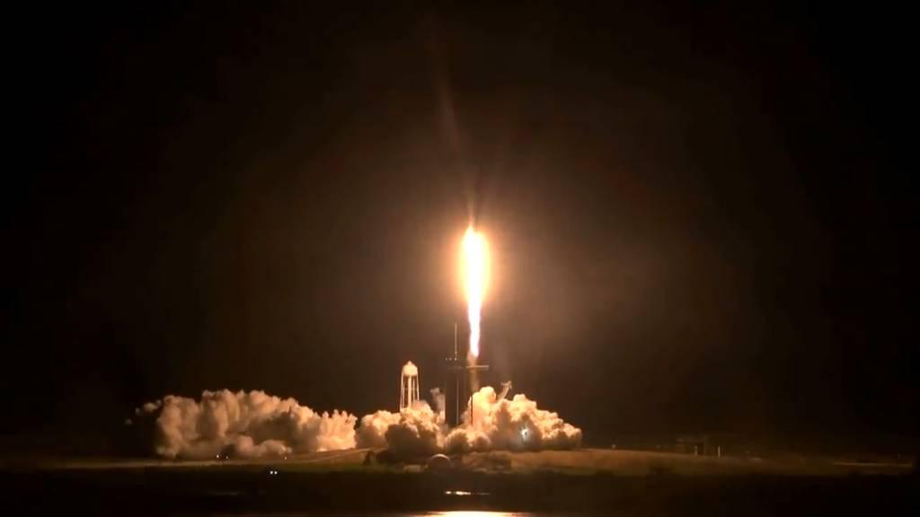 Vier Astronauten starten mit neuem Raumschiff ins All