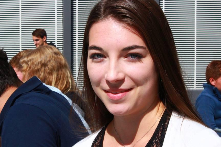 Leticia aus Frankreich hat schon beim Mittagessen neue Freunde gefunden. (Bild: FM1Today/ Fabienne Engbers
