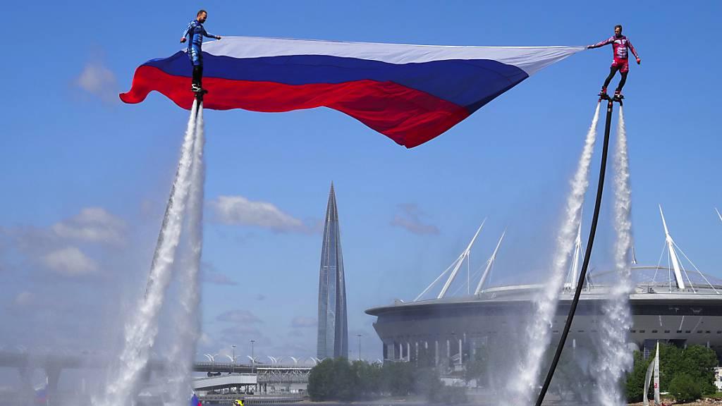 Putin feiert ohne Maske und Distanz Russlands Unabhängigkeit