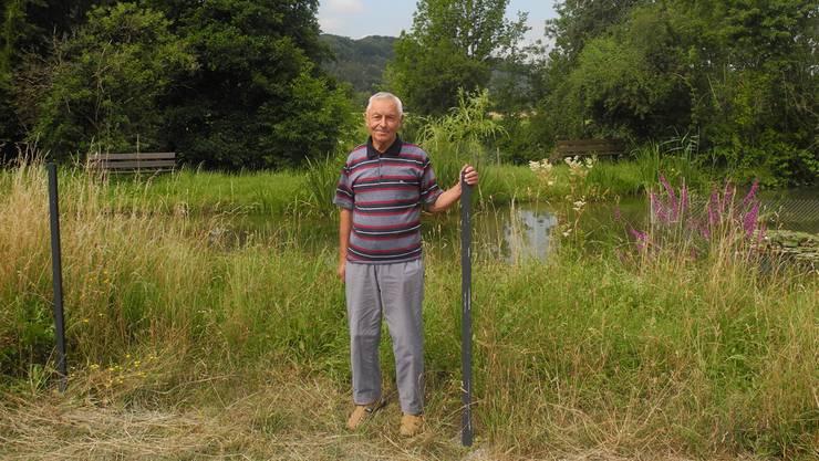 Anton Schnetzler am Mühleweiher in Kaisten, wo ein Zaun errichtet werden soll. Die Pfosten stehen schon seit einem Jahr, erst danach hat die Gemeinde Kaisten ein Baugesuch eingereicht, das im Mai bewilligt wurde. Schnetzler will nun, dass der Souverän über den Zaun abstimmen kann.