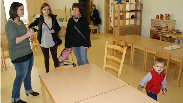 Am Tag der offenen Türen im neuen Augarten-Kindergarten «Hard» freuen sich Besucherinnen über die modern gestalteten Einrichtungen.