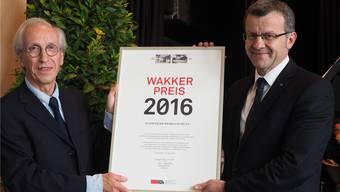 Philippe Biéler (l.) vom Schweizer Heimatschutz übergibt Stadtammann Franco Mazzi das Zertifikat: Rheinfelden erhält den Wakker-Preis 2016. Fotos: HCW