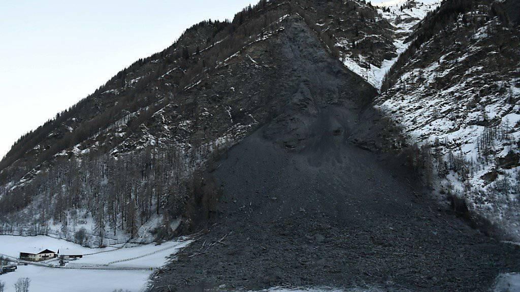 Der gewaltige Schuttkegel kann für die Bewohner von Vals nun durch einen Notweg umgangen werden (Archiv)
