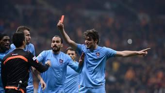 Kuriose Szene: Ein Trabzonspor-Akteur zeigt dem Schiedsrichter die rote Karte.