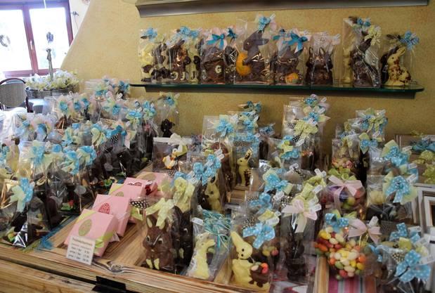 Im Laden gelangen die verpackten Osterhasen in den Verkauf