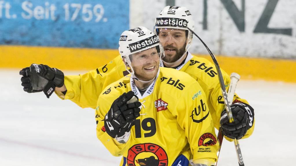 Ryan Lasch (vorne) sorgte in der Saison 2016/17 im SCB-Dress für Spektakel auf Schweizer Eis.