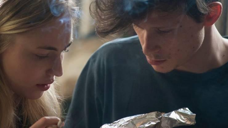 Rita (Elisa Schlott) und ihr Freund Mike (Joel Basman) sind im endlosen Drogenrausch.