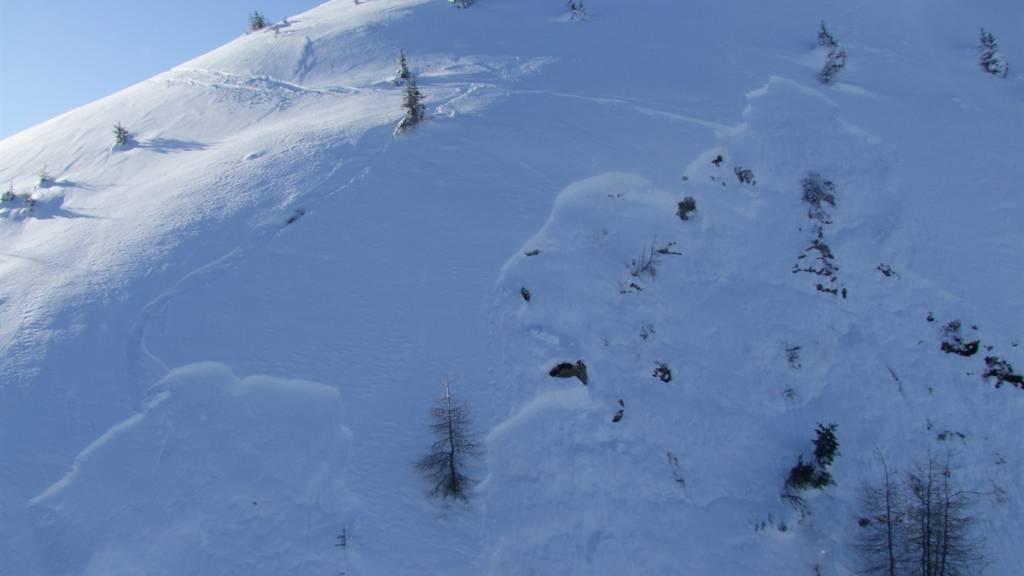 Im Safiental im Kanton Graubünden ist am Donnerstag ein Skitourengänger von einer Lawine verschüttet worden.