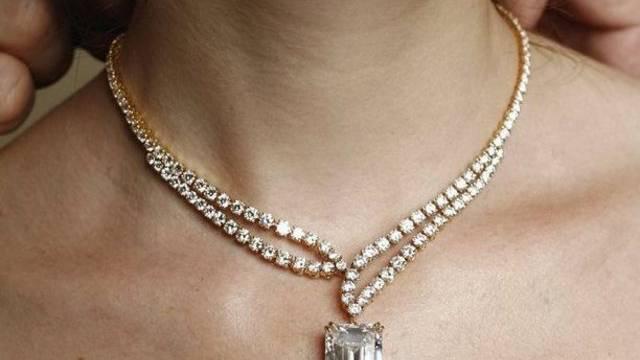 Die unbekannte Frau nahm der Rentnerin unbemerkt die teure Halskette ab. (Symbolbild)