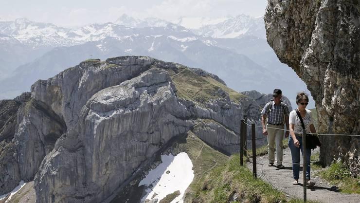 Eine 37-Jährige aus dem Kanton Zürich stürzte am Mittwoch im Pilatusgebiet 100 Meter in die Tiefe und verstarb am Unfallort (Themenbild).
