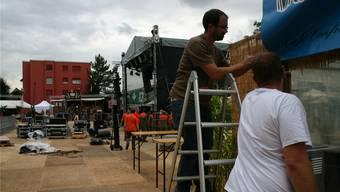 Der letzte Schliff: Emsige Helfer bauten gestern Abend Stände und die Live-im-Prak-Bühne im Stadtpark fertig. ARu