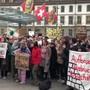 Über 1000 Jugendliche aus der Region versammelten sich am Freitagvormittag auf dem Bahnhofplatz, um für das Klima zu streiken. Sie fordern von der Politik ein klares Signal, etwas gegen den Klimawandel zu unternehmen. Unter den Demonstrierenden waren auch Kinder. Neben Bern streikten die Jugendlichen auch in Basel, St. Gallen und Zürich