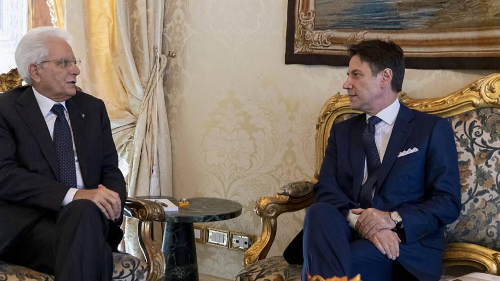 Der designierte Ministerpräsident Giuseppe Conte (r) ist am Mittwoch mit Staatspräsident Sergio Mattarella zusammengetroffen.