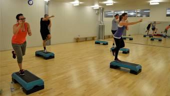 Fitnessinstruktorin Karin Bajna (ganz rechts) führt die Truppe beim «M.A.X.»-Training im Fitnesscenter Baden an.