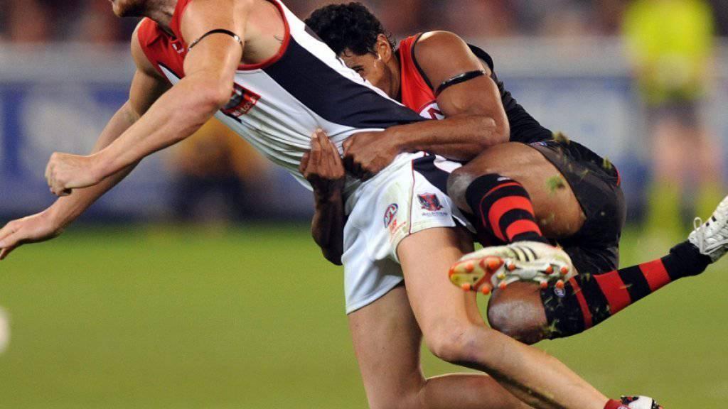 Alwyn Davey (re.), einer der ehemaligen Football-Spieler Essendons, die gesperrt wurden, 2013 im Einsatz gegen Melbourne