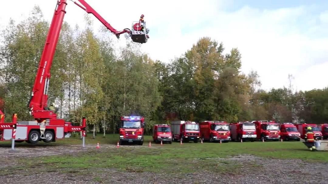 Feuerwehren aus dem Suhren- und Uerkental erweisen dem abtretenden Kölliker Kommandant Thomas Huber die Ehre.
