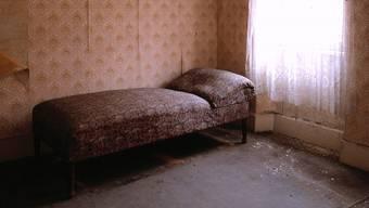 Weil sie nichts anderes finden, wohnen Sozialhilfebezüger teilweise in überteuerten, verlotterten Zimmern (Symbolbild).