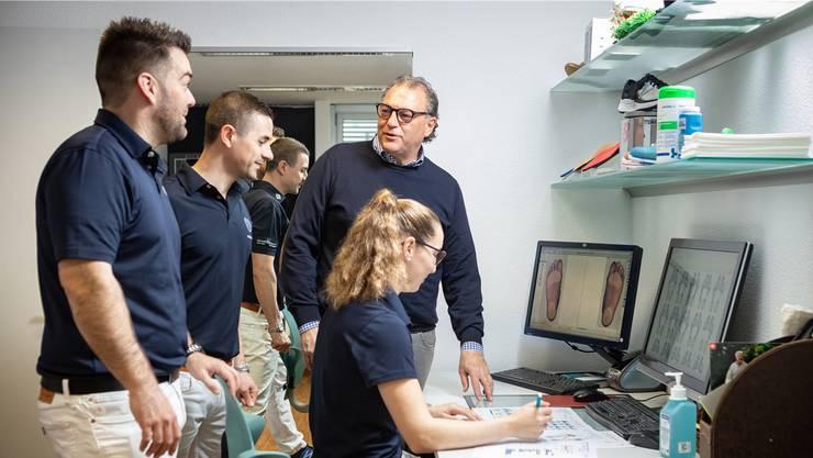 Mario Malgaroli (mit Brille) bei einer Fallbesprechung mit seinem interdisziplinären Team aus Orthopädieschuhmacher- Meister Patrick Ruckstuhl (v.l.) sowie den Bewegungswissenschaftlern Claudio Cucuzza und Manuela Crameri.