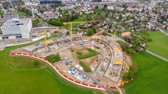 Bis 2015 war hier ein Gefängnis, jetzt entstehen im Schöngrün bei Solothurn 160 Wohnungen. Gleich daneben (am linken Bildrand oben) ist der Neubau des Bürgerspitals Solothurn zu sehen. Dort investiert der Kanton 340 Mio. Franken. .