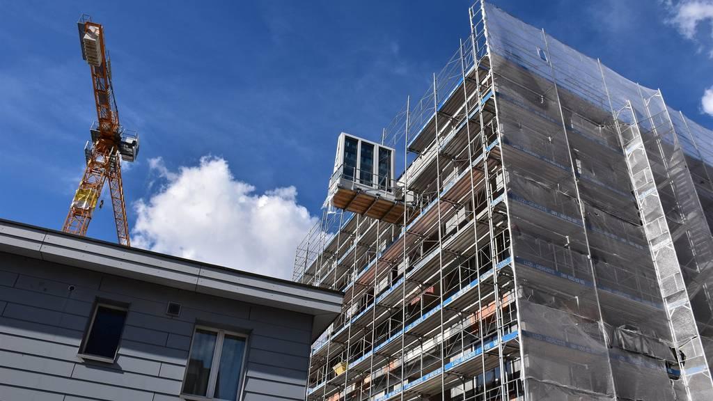 Bauarbeiter stirbt bei Sturz von Gerüst.