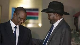 Südsudans Präsident Salva Kiir (rechts) mit seinem neu ernannten Vize Taban Deng Gai: Laut einem Regionalbündnis hat das Land grundsätzlich der Entsendung einer regionalen Eingreiftruppe zugestimmt. Details sind allerdings noch nicht klar. (Archivbild)