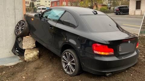 In diesen Anbau ist der BMW geprallt.