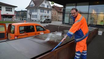 Herbert Küng, Leiter des Werkdienstes, putzt den Brunnen beim Coop Muripark. Hier werden oft Bierdosen entsorgt.