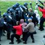 Hier nur gestellt: Polizeianwärter im Einsatz gegen eine fiktive Gruppe von Hooligans. (Themenbild)