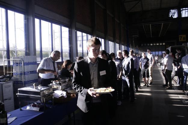 Nach der Preisverleihung bedienten sich die jungen Berufsleute am Pasta-Buffet