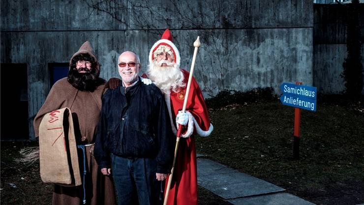 Umrahmt von Schmutzli und Samichlaus: Dölf Hitz ist seit 1973 Mitglied und seit 2007 Präsident der St. Nikolausgesellschaft Zürich.Mario Heller