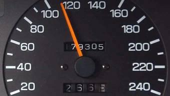 Ein 23-jähriger Autofahrer ist im bernischen Ipsach innerorts mit 111 km/h in eine Radarfalle getappt. Er wird sich wegen eine Raserdelikts vor der Justiz verantworten müssen. (Themenbild)