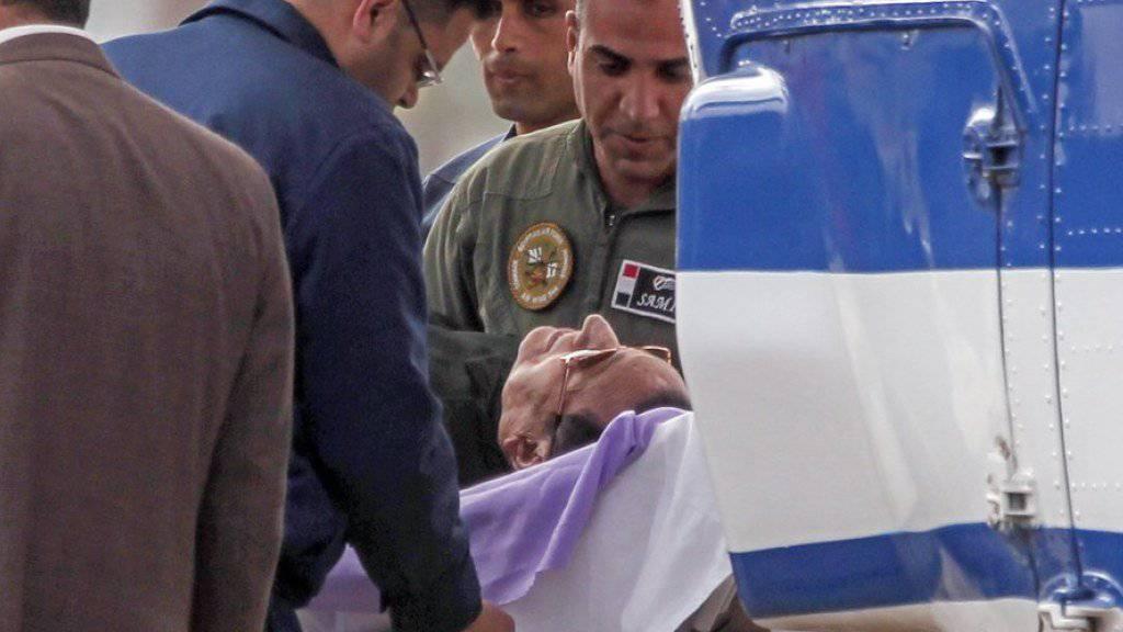 Der kranke Hosni Mubarak wurde am Donnerstag auf einer Bahre ins Gericht gebracht.