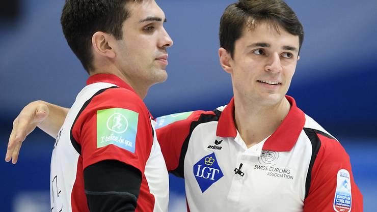 Die Schweizer Männer, hier Skip Peter De Cruz (links) und Benoît Schwarz, visieren eine Olympia-Medaille an, nachdem sie zweimal schon an Weltmeisterschaften eine Medaille gewonnen haben