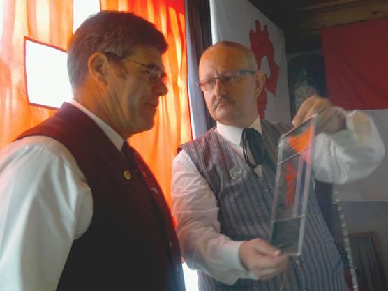 Der Obmann Dany Brändli, Auenstein überreicht dem neuen Ehrenmitglied Urs Bloch, Biberist die Wappenscheibe