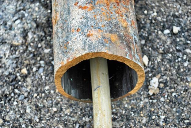 Nach einem Auffahrunfall mit dem Hydranten brach das Rohr unterhalb des Ventils.