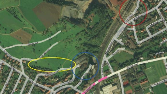 Das Erschliessungsgebiet in der Vogelperspektive mit dem Bahnhof Frick (rot), dem Gewerbegebiet Gipf-Oberfrick (blau), der Bauzone Gipf-Oberfrick (gelb) und dem Bereich der möglichen Anschlüsse (pink).