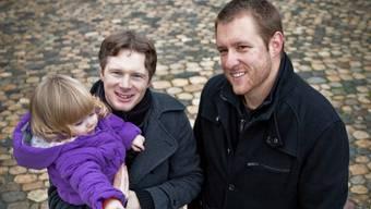 Jonas Fricker mit seiner Tochter auf dem Arm und Cousin Adrian Hunziker in der Brugger Altstadt. Chris Iseli