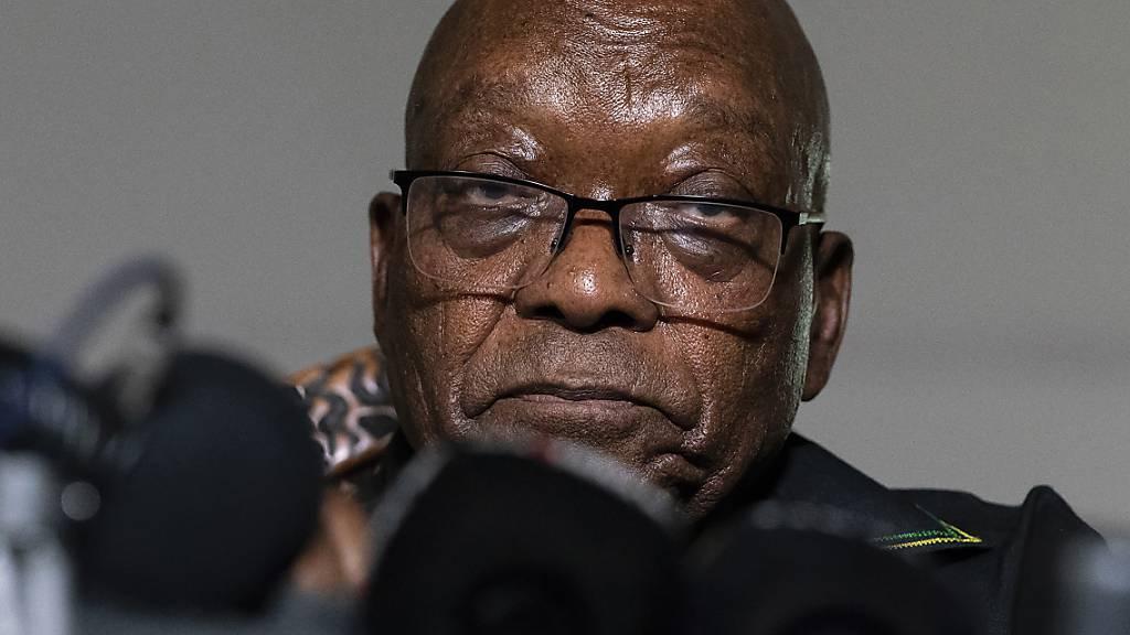 ARCHIV - Der ehemalige Präsident Jacob Zuma dpricht  in seinem Haus in Nkandla, Provinz KwaZulu-Natal, Südafrika. Zuma verließ sein Haus, um sich den Behörden zu übergeben, um eine 15-monatige Haftstrafe anzutreten. Foto: Shiraaz Mohamed/AP/dpa