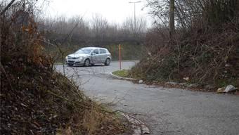 Hier wurde die Leiche des Mannes gefunden: Das asphaltierte Verbindungsstück zwischen der Umfahrungsstrasse Weiningen und dem Feldweg. fni