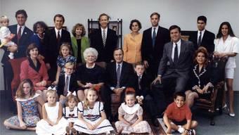 Die Familie Bush 1992 (hinten von links): Walker (Marvins Sohn), Marvin, Margaret (Marvins Frau) George W., Sharon (Neils Frau), Neil, Doro Bush Koch, Bobby Koch, Jeb, George P. (Jebs Sohn), Noelle (Jebs Tochter). Mitte: Laura (George W.s Frau), Jenna (George W.s Tochter), Pierce (Jebs Sohn), Barbara (George's Frau), George, Sam LeBlond (Doros Sohn aus erster Ehe), Columba (Jebs Frau). Unten: Barbara (George W.s Tochter), Marshall (Marvins Tochter), Ashley und Lauren (Neils Töchter),Ellie LeBlond (Doros Tochter aus erster Ehe) und Jebby (Jebs Sohn).
