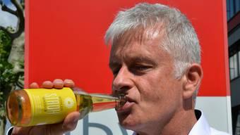 Peter Lehmann, Vorsitzender der Geschäftsleitung der IB Wohlen AG, gönnt sich vor dem Haus einen erfrischenden Schluck Wohler Strohwasser.