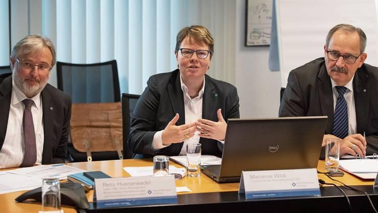 Bilanzpressekonferenz mit (v.r.) VR-Präsident Gerhard Hanhart, CEO Marianne Wildi und Reto Huenerwadel, HBL Asset-Management.