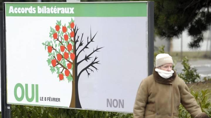 Ein Apfelbaum aus dem Abstimmungskampf von 2009: Links blühend und mit saftigen Äpfeln, rechts mit verdorrten Ästen.