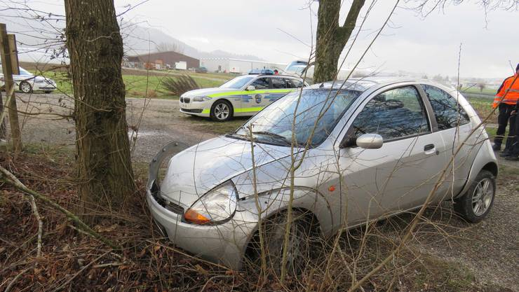 In einer Linkskurve verlor der Flüchtende die Kontrolle über sein Auto und prallte heftig gegen zwei Bäume.