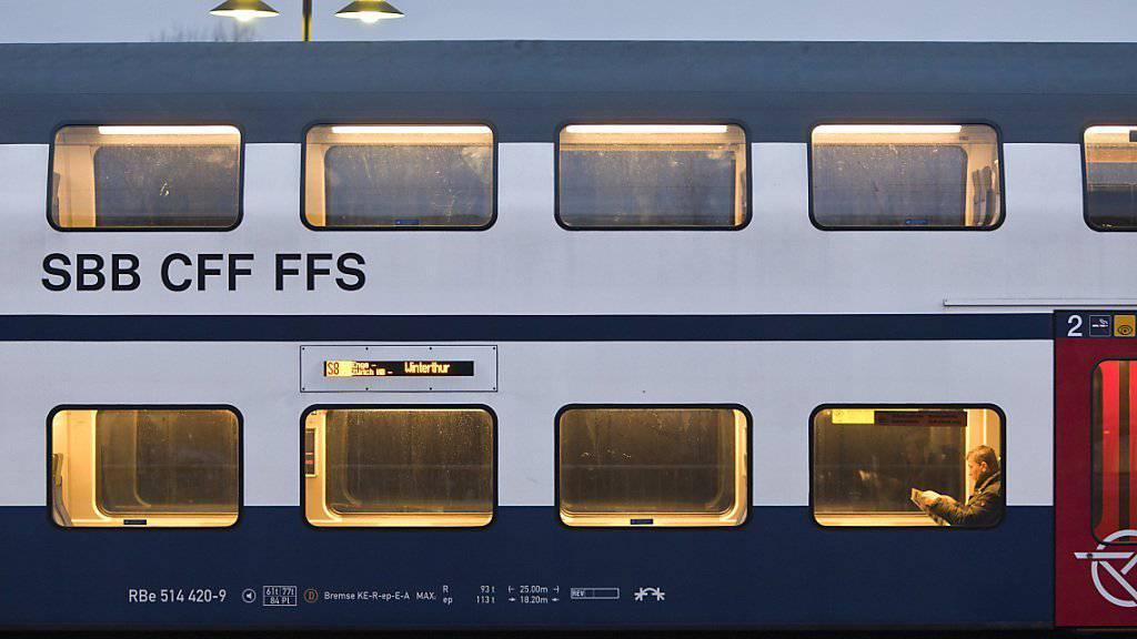 Wegen Erdrutschgefahr haben die Züge der S-Bahn zwischen Wetzikon und Uster am Sonntagabend vorübergehend nicht mehr verkehren können. Es wurde ein Busersatzdienst organisiert. (Archivbild)