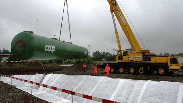 Langsam wird der 25 Meter lange Tank über die Grube gehoben und abgesenkt.