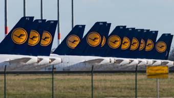 Die europäische Airline-Branche verlangt nach den Einbrüchen durch die Corona-Krise mehr Zeit, um Passagieren schon bezahlte Tickets für ausgefallene Flüge zurückzuerstatten. (Archiv)