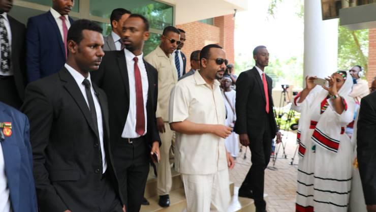 Der äthiopische Ministerpräsident Abiy Ahmed (m) ist am Freitag zu einer Vermittlungsmission in Khartum eingetroffen.