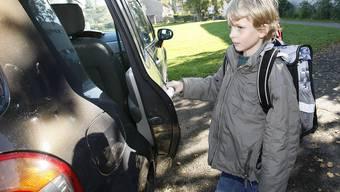 Immer mehr Kinder werden zur Schule gefahren. Dabei lernen sie zu Fuss auf dem Schulweg viel mehr als im Auto.