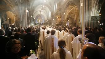 Davon kann die Kirche nur träumen: Alle Kirchenbänke sind besetzt, ein Heer von Seelsorgern steht für den Dienst bereit.